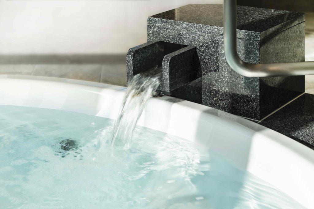 鳥のさえずりと共に浸る、温泉の湯